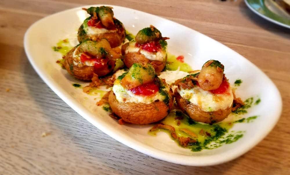 Bar Galleta - Champiñones rellenos de calabacín, queso trufado, tartar de tomate y pesto