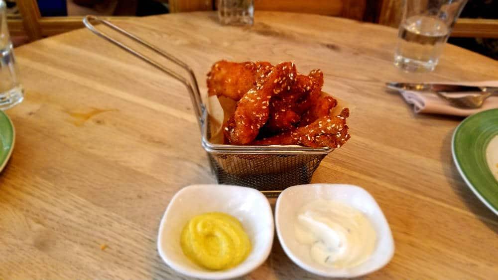 Bar Galleta - Flautas de pollo rebozadas en galleta y sésamo, don dip de hierbabuena, comino y tzatziki