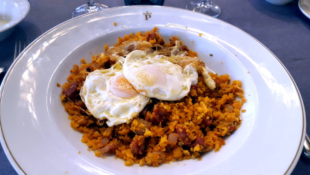 Hostería del Estudiante - Migas Alcalaínas con huevos fritos