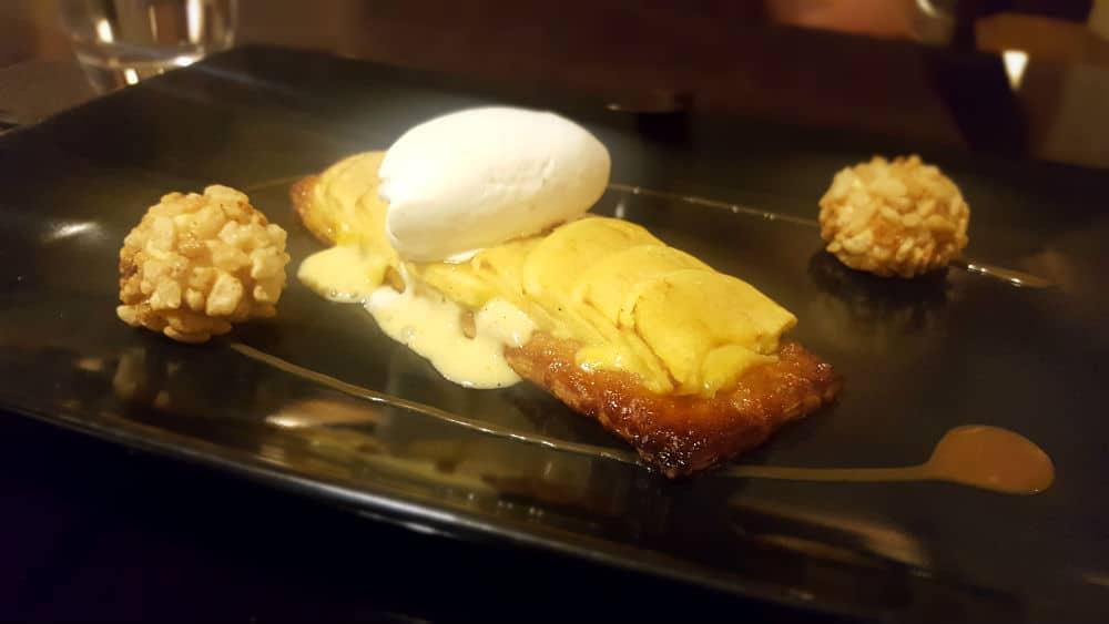 Loft 39 - Tarta fina de manzana con helado de vainilla y bombones de su crema, y cereales
